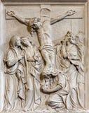 布鲁塞尔-石安心耶稣场面在十字架上钉死在教会Notre Dame du Bon Secource里 免版税图库摄影