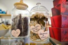 布鲁日、比利时- 2016年12月05日-巧克力商店以甜点和比利时巧克力大品种  库存图片