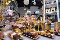 布鲁日、比利时- 2016年12月05日-巧克力商店以甜点和比利时巧克力大品种  图库摄影