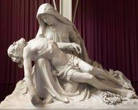 布鲁日圣母怜子图雕象在st Katharine教会或Katharinakerk里 库存照片