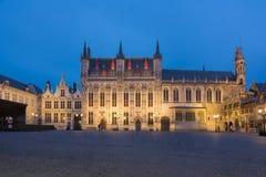 布鲁日城镇正方形的在晚上,比利时市政厅 库存图片