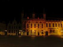 布鲁日市政厅在晚上 库存图片