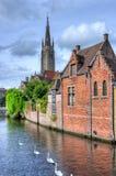 布鲁日我们的夫人运河和教会,比利时 免版税图库摄影
