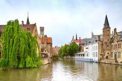 布鲁日或布鲁基, Rozenhoedkaai水运河视图。比利时。 免版税库存图片