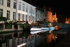 布鲁日水道在晚上 免版税库存照片