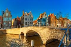 布鲁日运河和桥梁早晨,比利时 库存图片