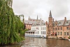 布鲁日运河和砖房子在比利时富兰德 免版税库存图片
