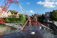 布鲁日,比利时欧洲- 9月25日:在运河的定向塔在增殖比 免版税库存照片