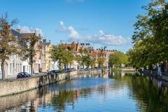 布鲁日,比利时欧洲- 9月26日:沿一条运河的看法在增殖比 库存照片