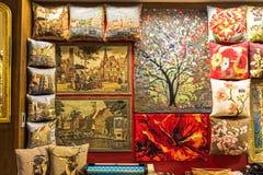 布鲁日,比利时- 2017年12月13日:位于布鲁日,比利时的历史中心的纪念品商店 库存照片