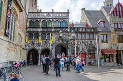 布鲁日,比利时- 2015年5月11日:圣洁血液的旅游参观大教堂在布鲁日 免版税库存照片