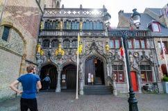 布鲁日,比利时- 2015年5月11日:圣洁血液的旅游参观大教堂在布鲁日 免版税库存图片