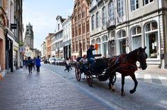 布鲁日,比利时- 2015年5月11日:在传统马支架的游人参观布鲁日在城市附近 库存图片