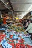 布鲁日,比利时- 2008年4月6日:在摊位附近的人们用果子 免版税库存图片