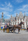 布鲁日,比利时- 2014年6月13日:在格罗特Markt和Provinciaal Hof大厦的支架 免版税库存图片