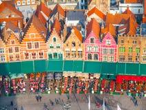 布鲁日,比利时- 2015年10月18日:集市广场在有五颜六色的房子和咖啡的布鲁日从事园艺, 10月的比利时 免版税库存图片