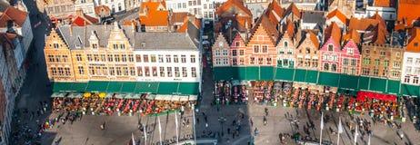 布鲁日,比利时- 2015年10月18日:集市广场在有五颜六色的房子和咖啡的布鲁日从事园艺, 10月的比利时 图库摄影