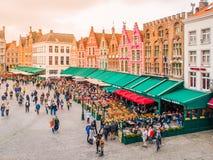 布鲁日,比利时- 2015年10月18日:集市广场在有五颜六色的房子和咖啡的布鲁日从事园艺, 10月的比利时 免版税图库摄影