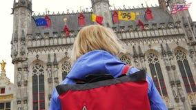 布鲁日,比利时5月03日2017年:运动照相机妇女在中心广场 影视素材