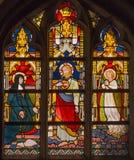 布鲁日-与出现到圣玛格丽特从19的玛丽Alacoque的耶稣场面的窗玻璃 分 在圣Giles教会里 库存照片