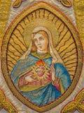 布鲁日-在女用披肩的圣母玛丽亚心脏Needelwork作为老宽容外衣的零件在圣徒Walburga教会里 库存照片