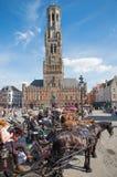 布鲁日-在格罗特Markt和贝尔福搬运车布鲁基上的支架在背景中 库存图片