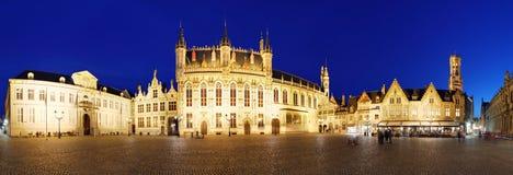 布鲁日-城镇正方形在晚上,全景,比利时地平线 免版税库存照片
