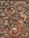 布鲁日-天使被雕刻的符号安心与猴子的在Karmelietenkerk (Carmelites教会) 免版税库存照片