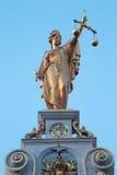 布鲁日-正义雕象在房子门面的城镇正方形的在早晨光 免版税图库摄影