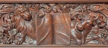 布鲁日-狮子和公牛被雕刻的安心作为福音传教士圣马克和圣卢克在Karmelietenkerk (Carmelites教会) 免版税库存图片