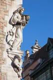布鲁日-玛丹娜现代雕象在房子边缘的 免版税库存图片