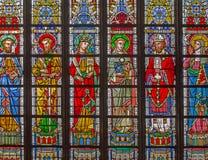 布鲁日-窗玻璃的圣徒在圣Salvator的大教堂(Salvatorskerk)里由彩色玻璃艺术家撒母耳Coucke (1833 - 1899) 免版税库存照片