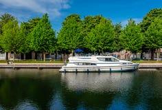 布鲁日& x28; Brugge& x29;与水运河的都市风景 免版税图库摄影