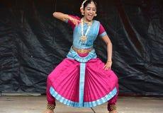 布鲁明屯,伊利诺伊-美国- 6月24,2018 -印地安古典舞蹈表现 库存照片