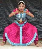 布鲁明屯,伊利诺伊-美国- 6月24,2018 -在运输车节日的印地安舞蹈表现 免版税库存图片
