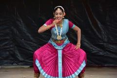 布鲁明屯,伊利诺伊-美国- 6月24,2018 -在运输车节日的古典印地安舞蹈 库存照片