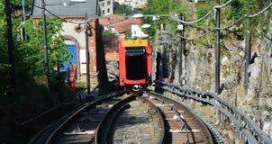 布鲁纳泰,意大利- 2017年5月14日:惊人的看法缆索铁路上升在两在科莫湖的铁路之间向布鲁纳泰,科莫,意大利 免版税库存照片