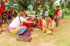 廷布,不丹- 2016年9月15日:显示她的机动性的白种人妇女对不丹妇女在廷布,不丹 免版税库存照片