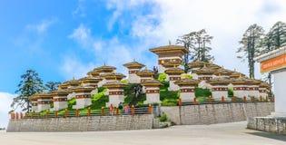 廷布,不丹- 2016年9月10日:Druk Wangyal与108 chortens的Khangzang Stupa, Dochula通行证,不丹 免版税库存照片