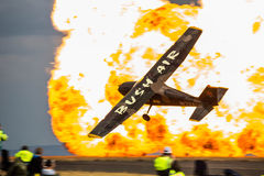 布什空气有爆炸的赛斯纳172在背景中 免版税图库摄影