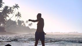 帅哥剪影做锻炼反对不尽的海洋 股票视频