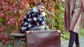 帅哥旅行 冒险和假期概念 秋季心情 美好的秋天天 股票录像