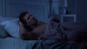 帅哥痛苦失眠,喧闹的邻居,坏隔音在房子里 影视素材