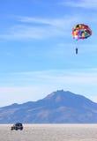 帆伞运动在撒拉族de Uyuni 免版税库存图片