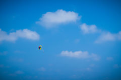 帆伞运动高在蓝天 免版税图库摄影