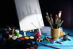 帆布、刷子和画架 库存照片