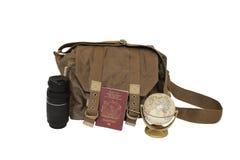 帆布袋子、变焦镜头、英国护照和地球 库存照片