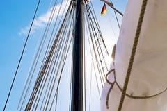 帆柱、一艘高船的风帆和寿衣 索具细节 库存照片