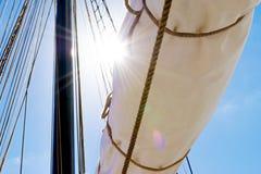帆柱、一艘高船的风帆和寿衣 索具细节 免版税库存图片