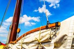 帆柱、景气、一条历史的Botter小船的索具和风帆 免版税库存图片